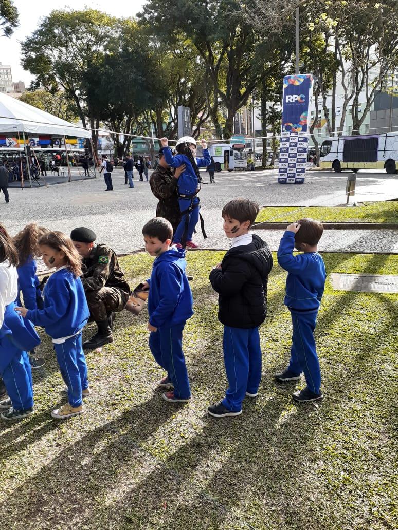 Praça Rui Barbosa visita a exposição do exército