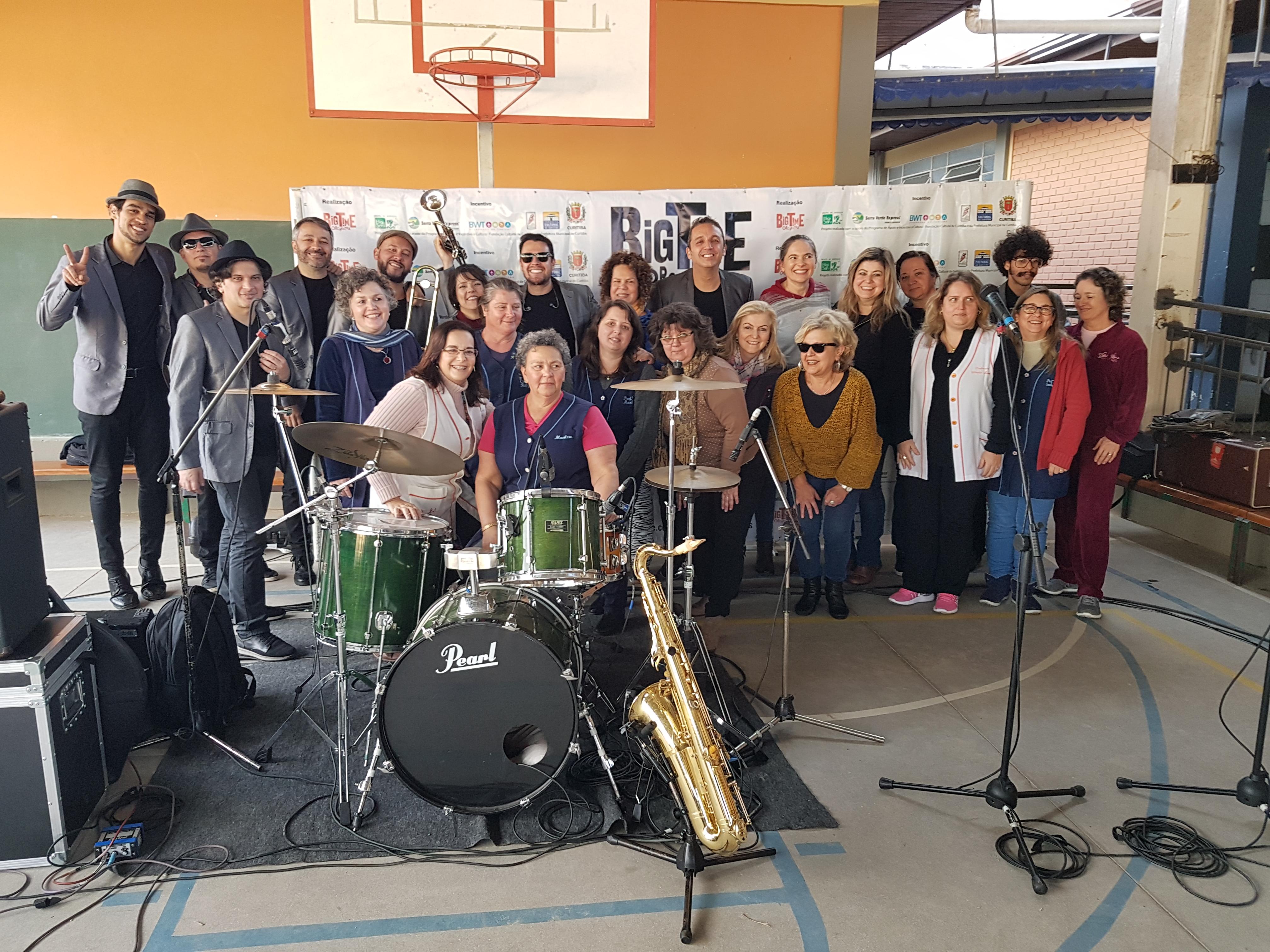 Professoras e funcionárias com a Banda Big Time