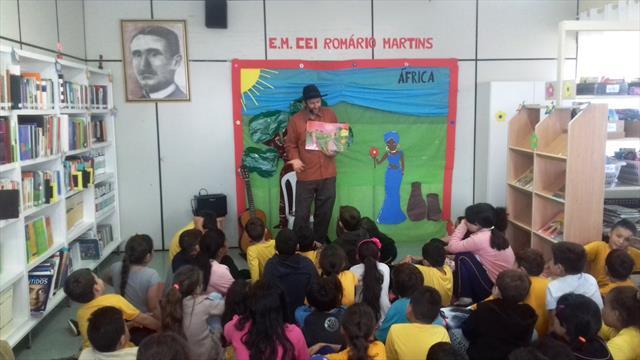 Espetáculo de contação de histórias encanta estudantes da Escola Municipal CEI Romário Martins