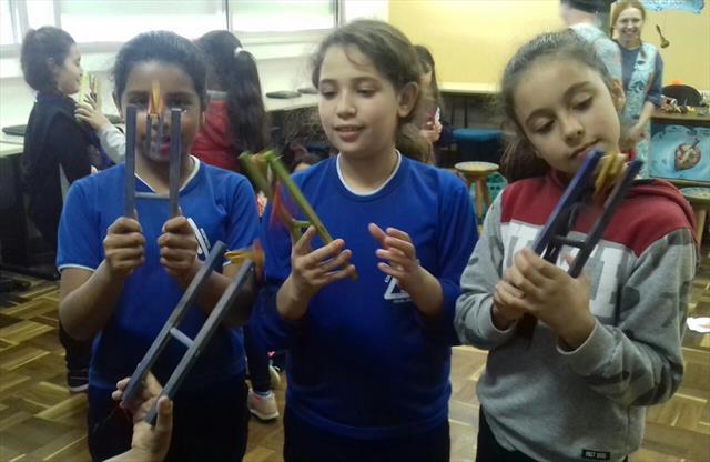 """Escola Municipal Tanira Regina Schmidt recebe o projeto """"Feira Lúdica - A arte viva dos brinquedos feitos à mão"""""""