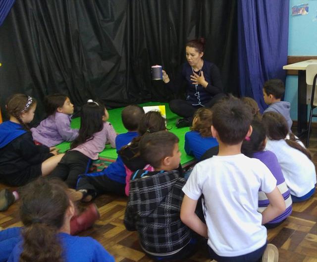 Crianças são incentivadas a compartilhar seus sentimentos na Oficina de Teatro