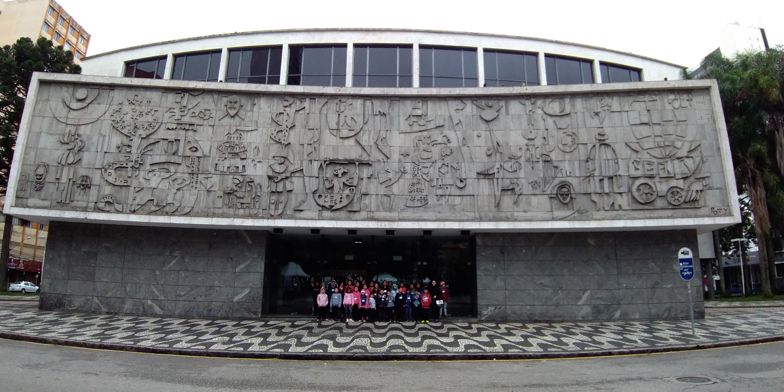 Visita guiada ao Teatro Guaíra proporciona um passeio pelos bastidores do comple