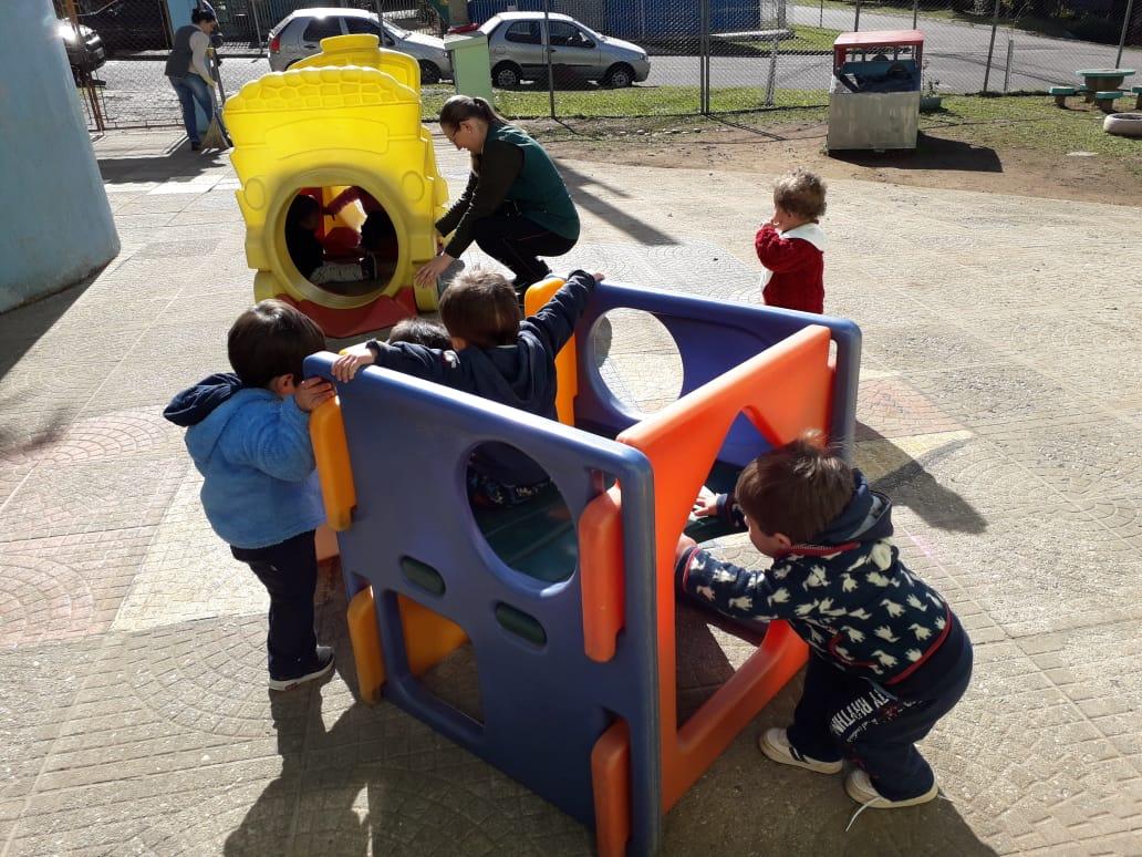 Crianças do berçário exploram o espaço do CMEI