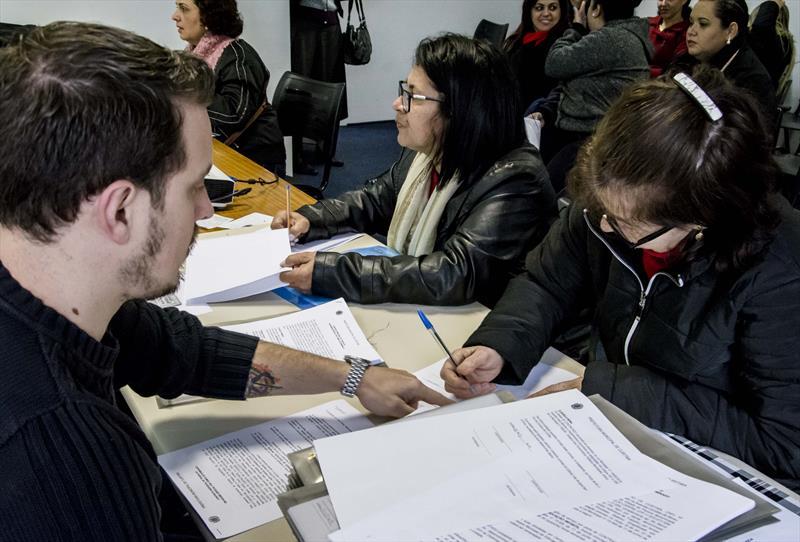 Professores de educação infantil assinam contrato com a Prefeitura