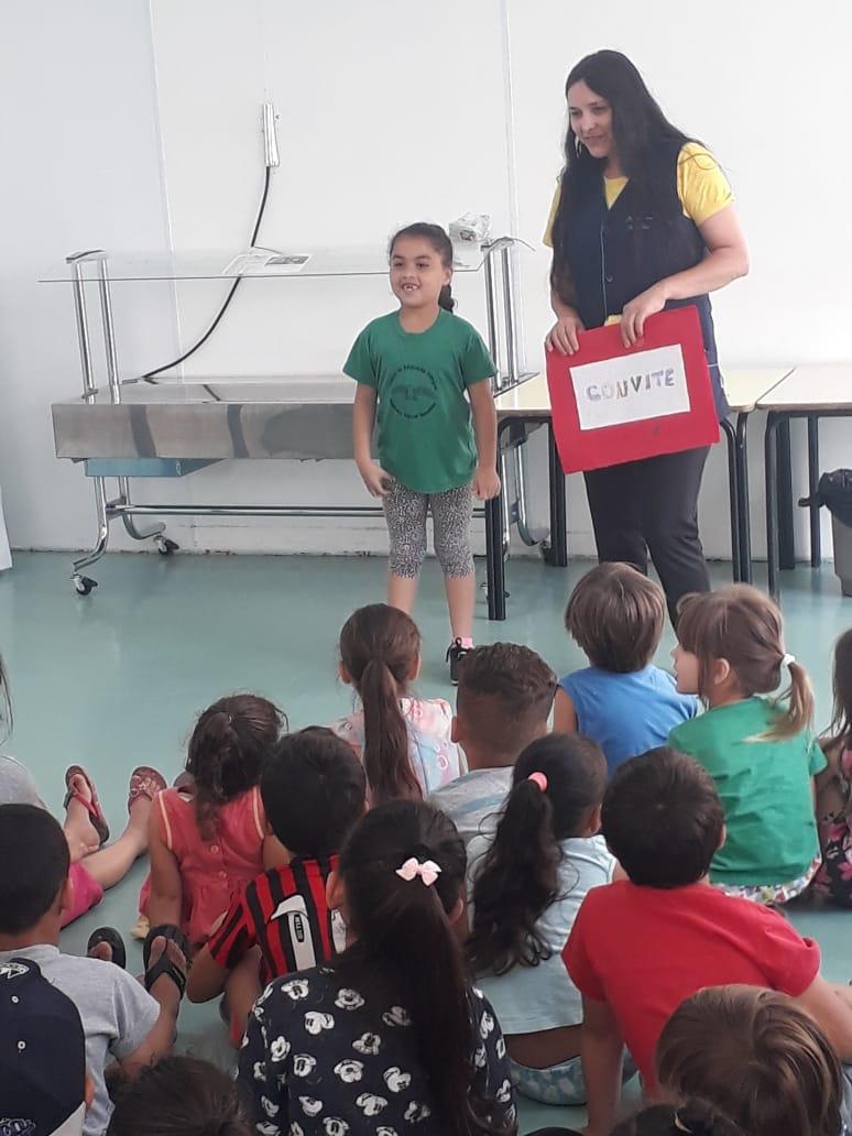 As Diretrizes Curriculares Nacionais para a Educação Infantil, aprovadas em 2010 pelo Ministério da Educação (MEC), apontam a necessidade de as instituições de ensino assegurarem que a transição ocorra de forma a dar continuidade aos processos de aprendizagem e de desenvolvimento, de buscar elos de ligação entre o que se propõe como trabalho de qualidade para as crianças.