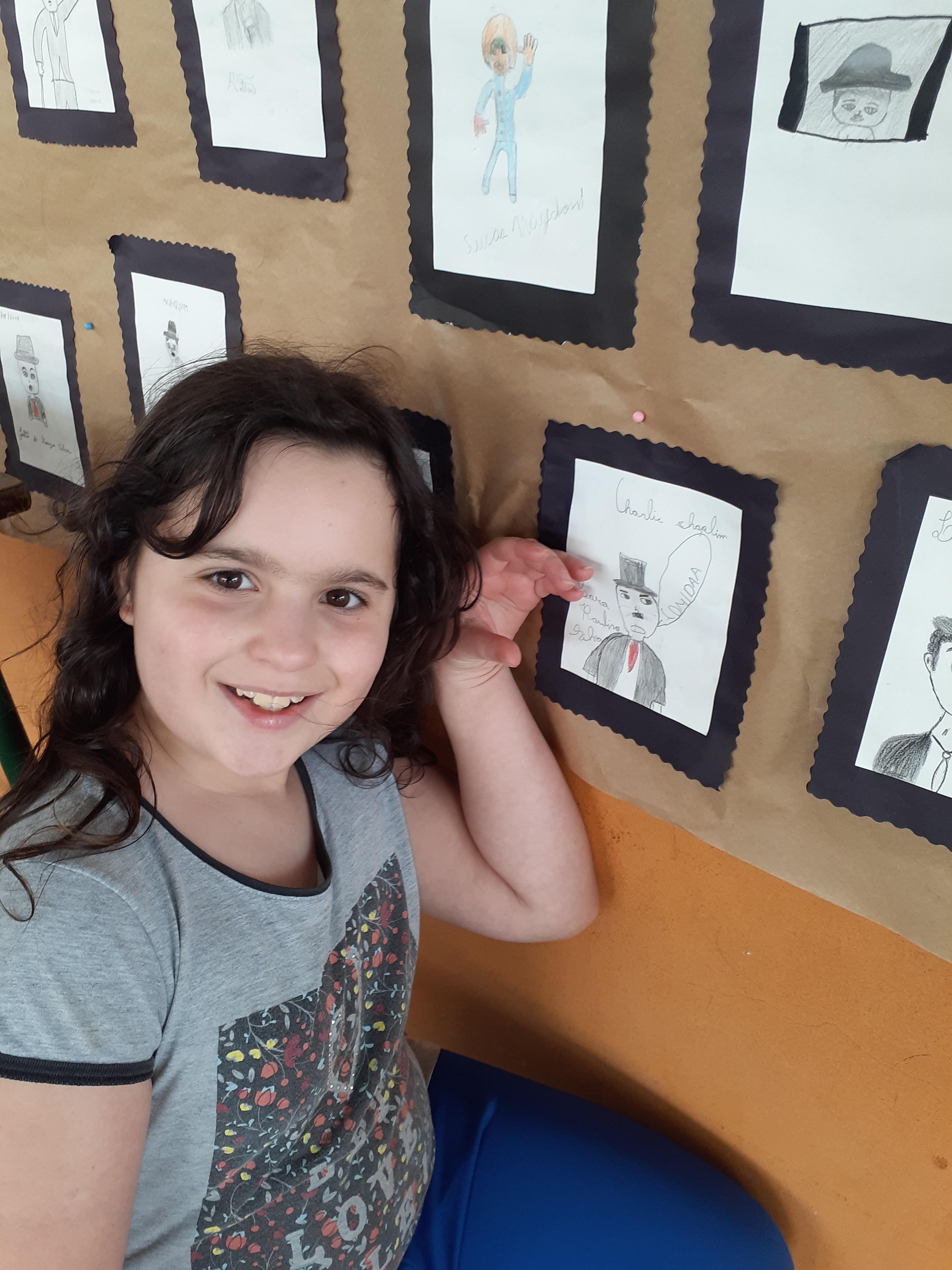 Sara apresentando seu trabalho de arte