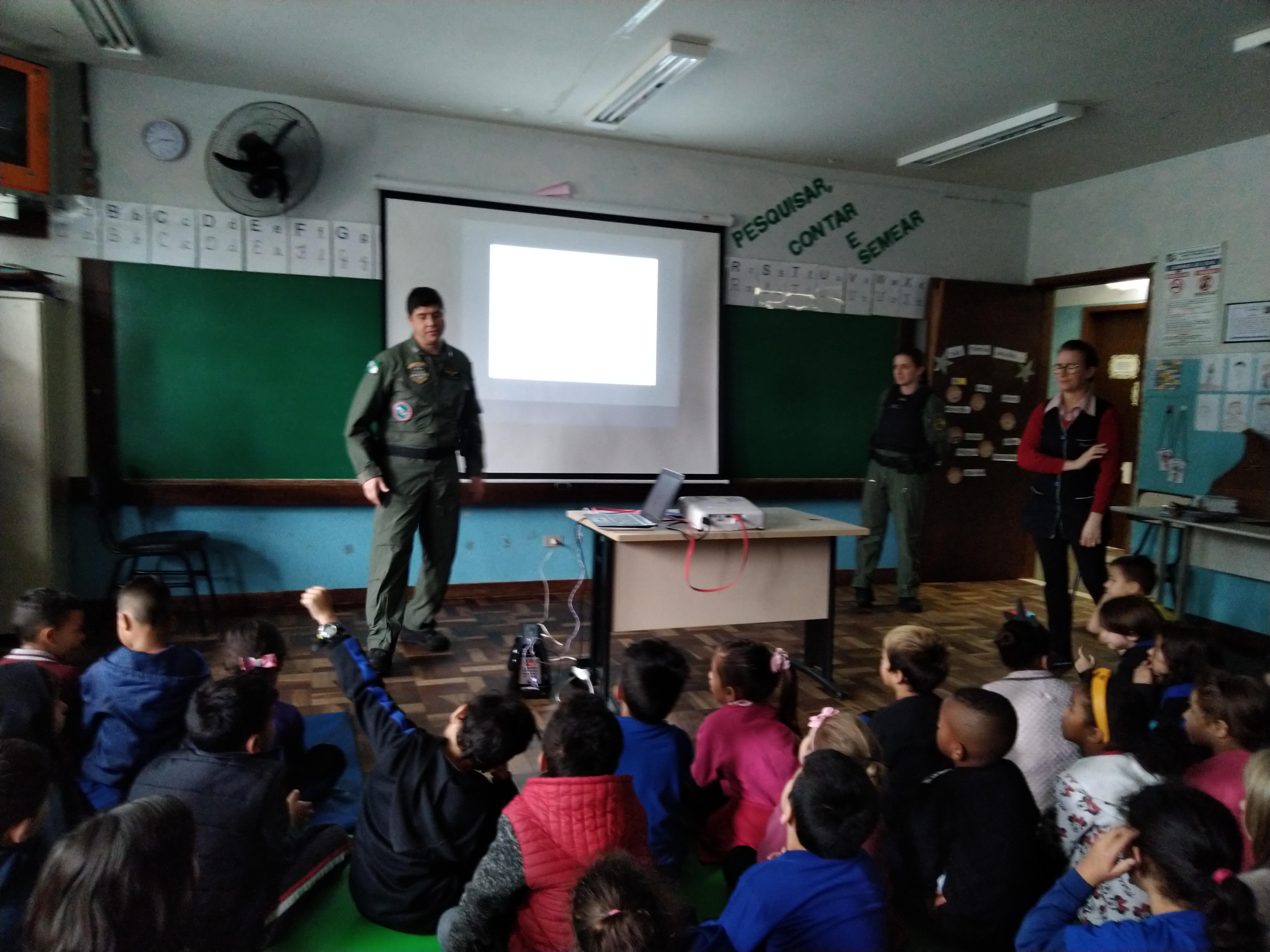 Escola recebe pilotos do BPMOA/PR