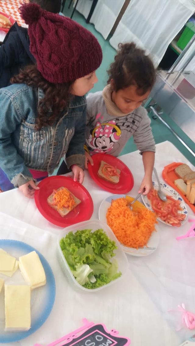 A leitura do livro ?O Sanduiche da Maricota? (Avelino Guedes), envolveu as crianças sobre a alimentação saudável, proporcionando momentos de reflexão, criação e expressão, durante a sequência desta relação entre o lúdico e à alimentação saudável.