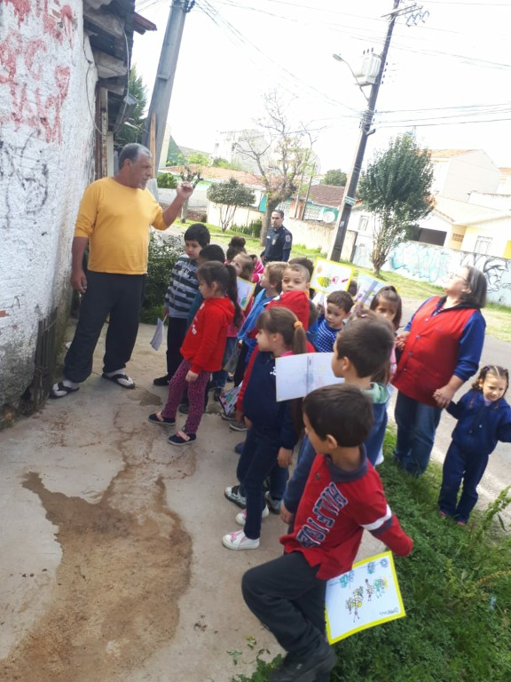 Crianças do Pre II A do Cmei Tapajós II, fazem panfletagem para a comunidade.