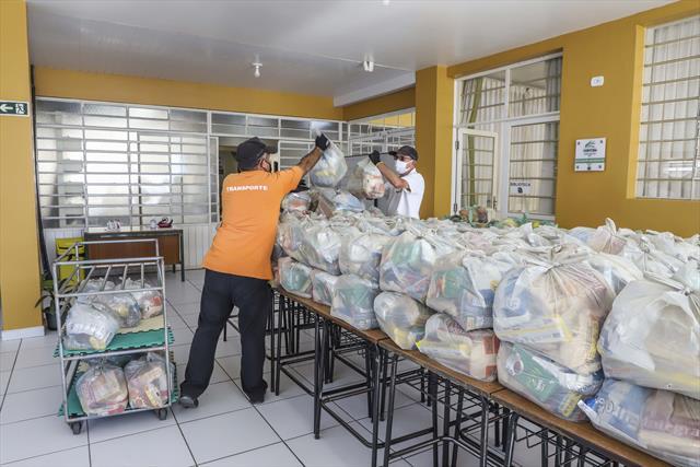 Famílias de estudantes recebem kits de novembro. F
