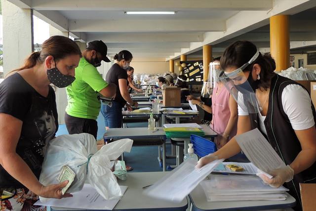 As famílias dos estudantes recebem cadernos comple