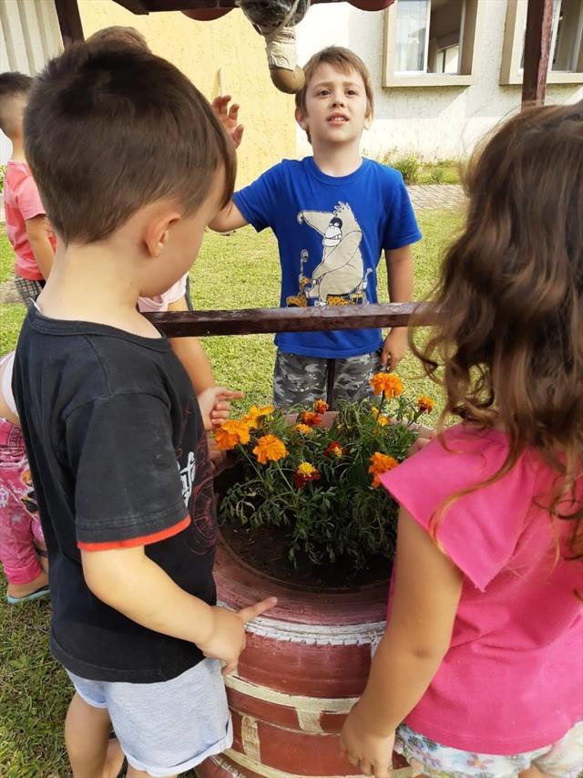 O Jardim de Mel recebendo flores com as crianças do Pré Único!!!