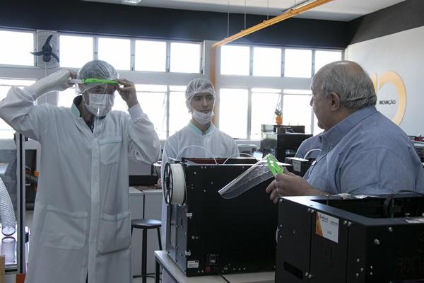 Prefeito Rafael Greca visita produção de máscaras