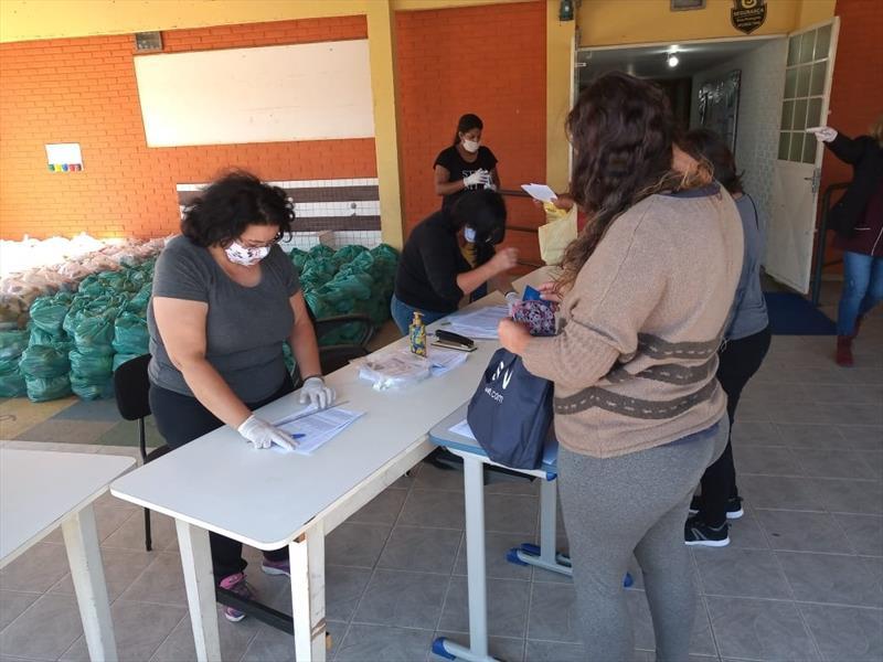 Famílias de estudantes da rede municipal começam a retirar os kits
