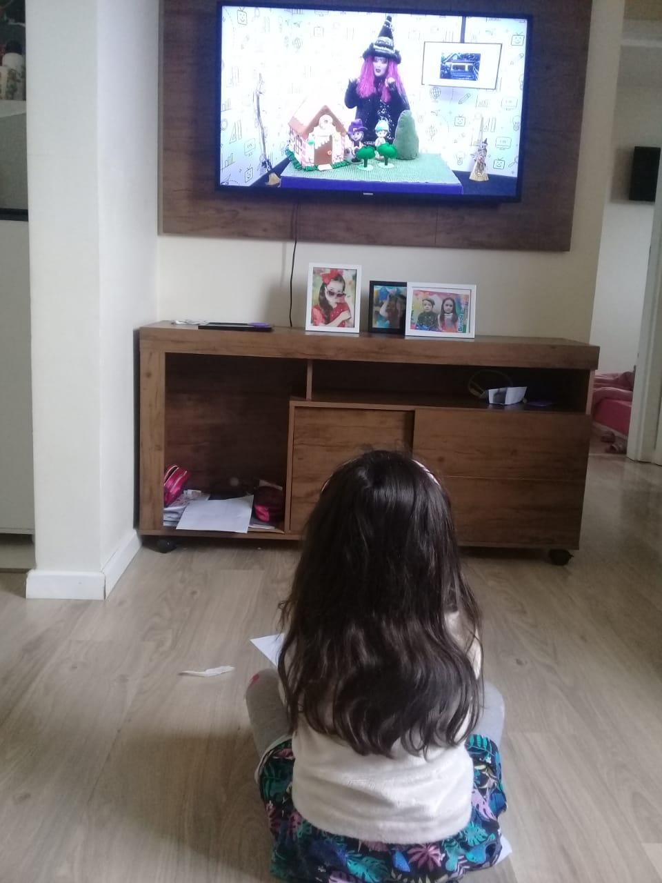 Agatha acompanha a vídeoaula