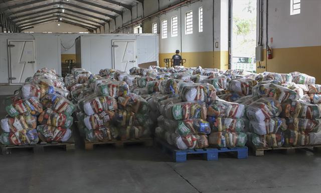 Montagem de cestas básicas pelas equipes das secre