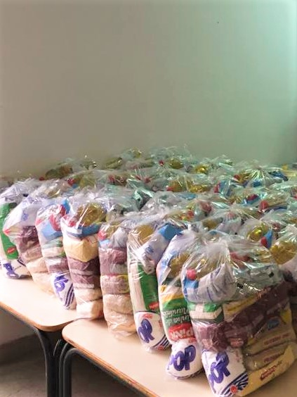 Kits com alimentos hortifrútis, perecíveis e não perecíveis