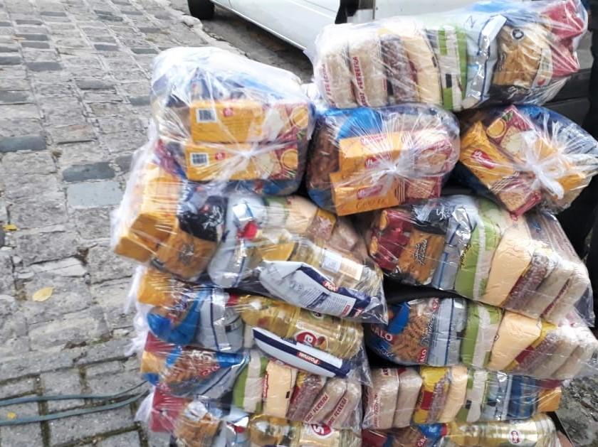 Kits com alimentos chegando na unidade