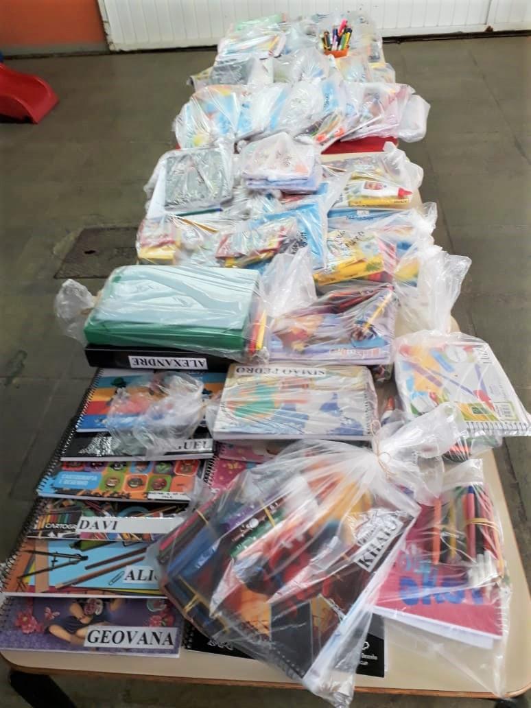 Kits com materiais pedagógicos também foram entregues