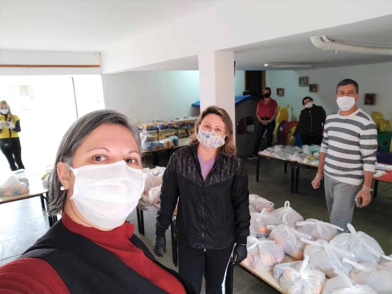 A equipe do CMEI Curitiba mobilizada na ação de entrega