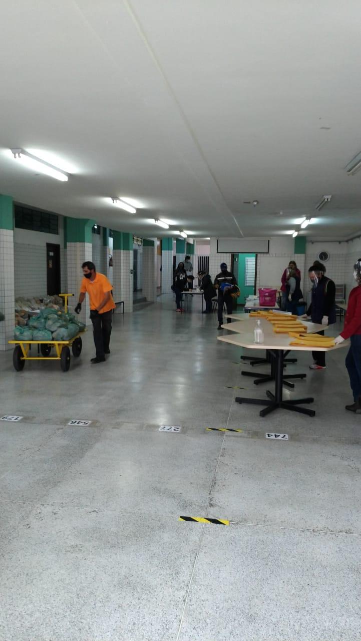 Entrega de kits alimentação e atividades