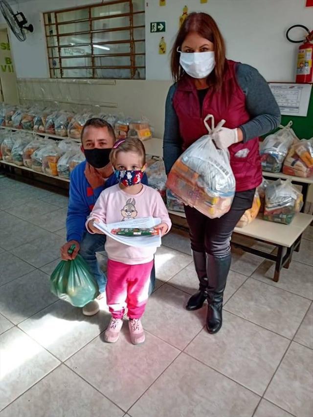 Entrega de kits de alimentação e de atividades pedagógicas no NRE-PR