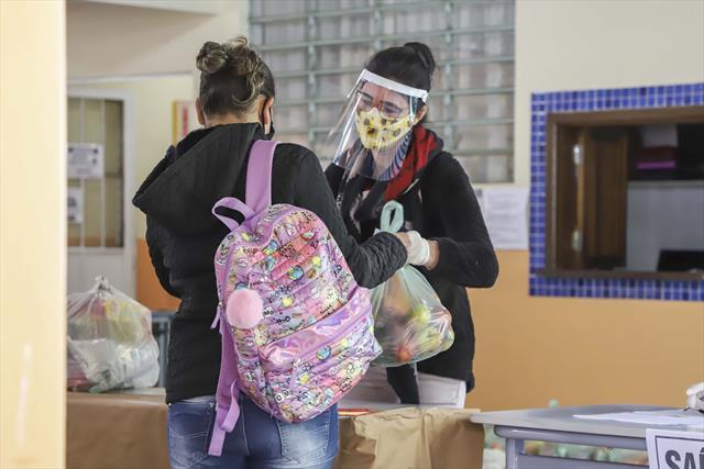 A entrega dos kits de alimentação às famílias de e