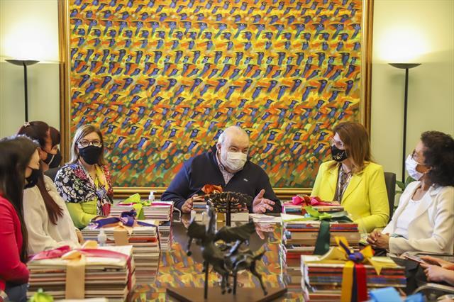 Entrega de kits com livros e catálogos doados pela