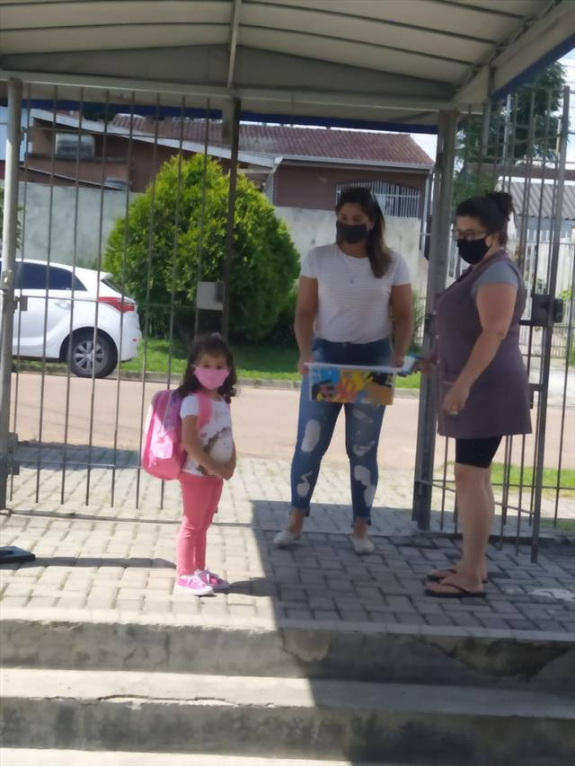 Famílias e crianças retornando para o CMEI