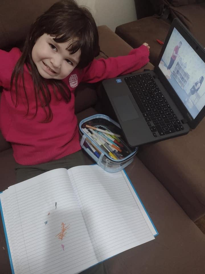 CRIANÇAS E ESTUDANTES DO NRE-PR  ACOMPANHAM AS VIDEOAULAS