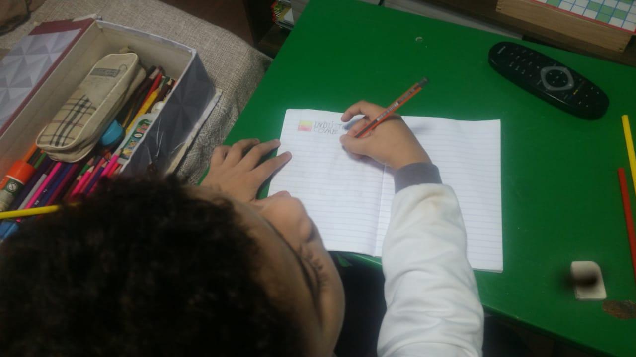 Estudantes realizando as atividades