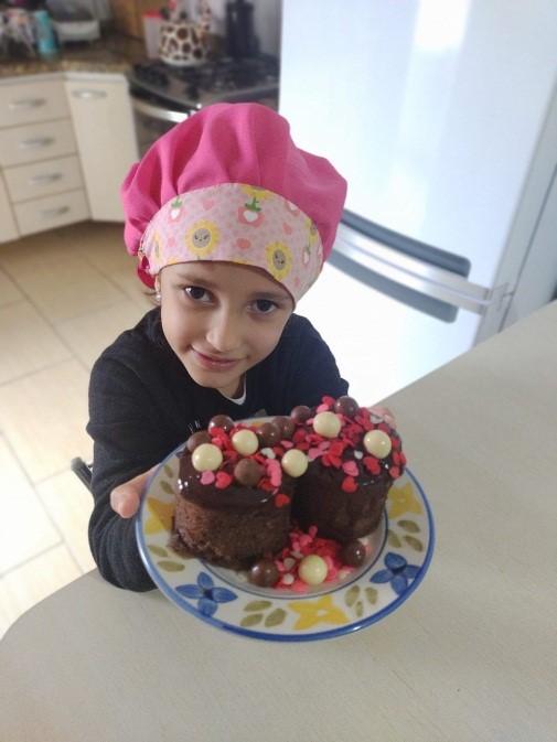 Sarah e seu bolo de caneca pronto!!