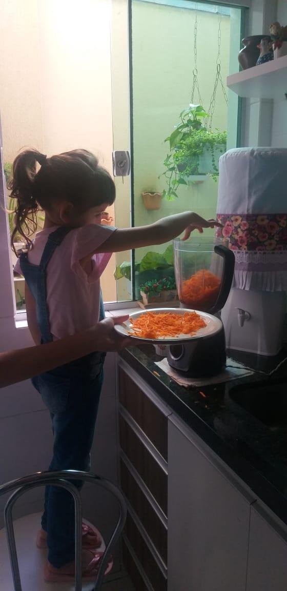 Preparando brigadeiro de cenoura, Helena Albino Pré I
