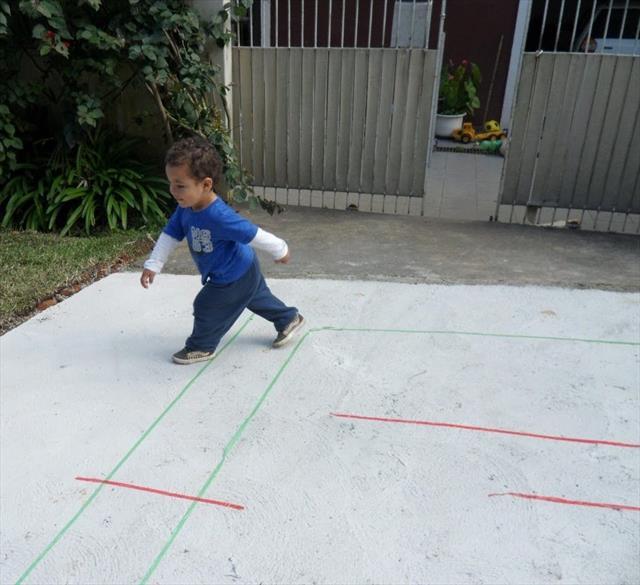 Emanuel realizando o percurso do jogo do caminho!