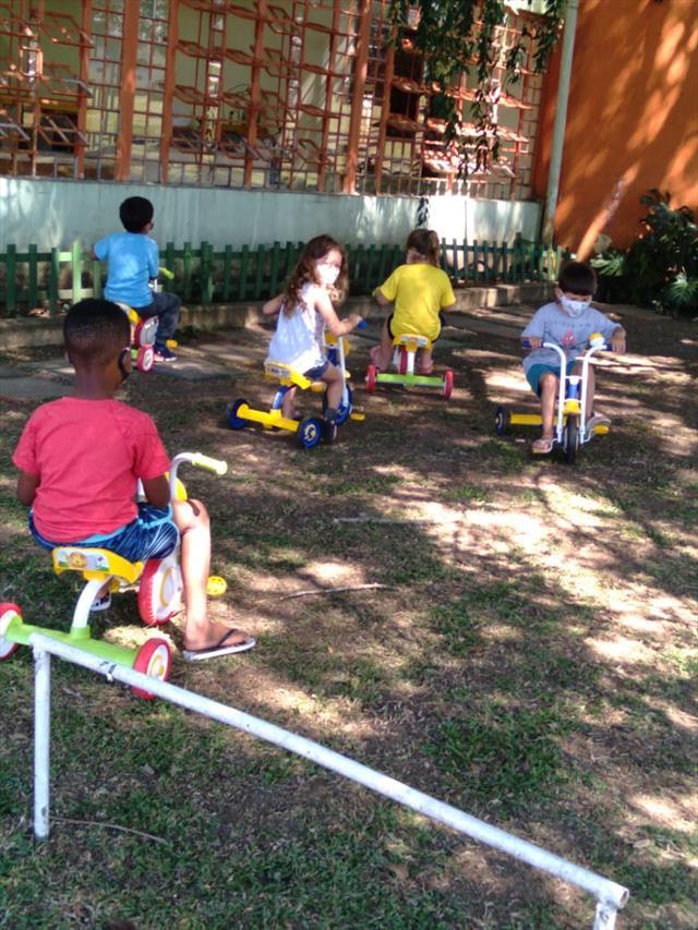 Crianças brincando no CMEI