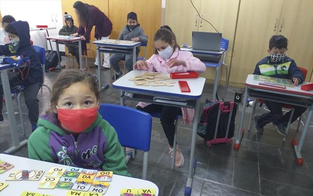 Crianças reveem professores e amigos e recebem med