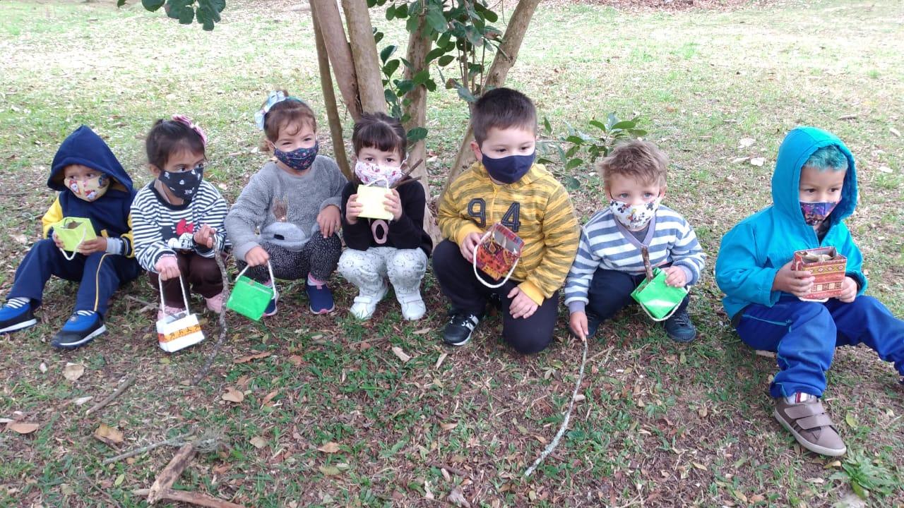 Crianças com suas sacolinhas